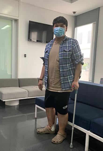 Anh Vinh đã có thể đi lại sau phẫu thuật