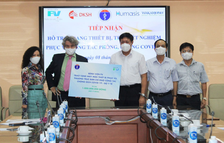 Deputy Minister of Health Do Xuan Tuyen receives the symbol of equipment valuing VND 1 billion from FV Hospital Management