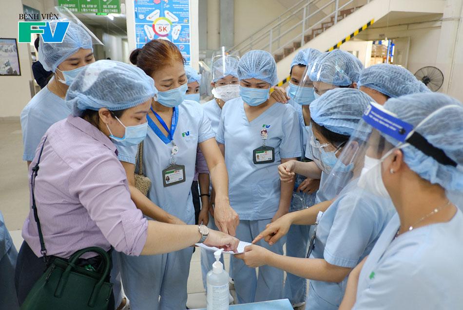 Các Điều dưỡng Khoa Ngoại trú phân công vị trí tại các bàn tiêm chủng