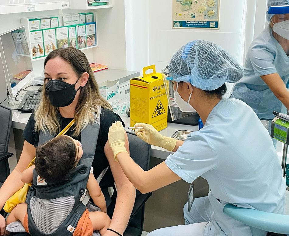 Sau đó, các công dân Pháp sẽ vào các khu vực tiêm chủng bên trong Bệnh viện FV để tiêm vắc- xin